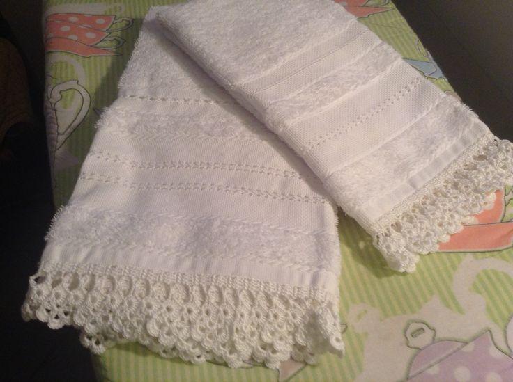 Asciugamani con sfilature e bordo crochet