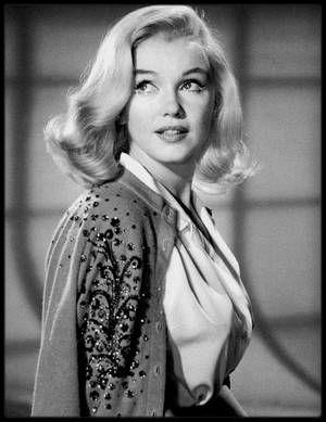 """1960 / TESTS COIFFURES pour le film """"The misfits"""" / LES CHEVEUX DE MARILYN, L'HISTOIRE D'UN PUR CALVAIRE / La saga capillaire de Marilyn débute alors qu'elle n'était qu'une jeune mannequin : en 1946, travaillant pour l'agence """"Blue Book Modeling"""", elle participe à un casting pour une publicité de shampooing """"Rayve"""". La photographe la trouve à son goût mais souhaite qu'elle se raidisse les cheveux « qui prennent mieux la lumière en pellicule couleur« . Sur sa fiche signalétique de l'agence…"""