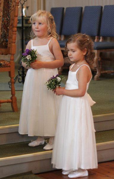 Da var den store dagen over og 3 brudepiker gjorde en fantastisk jobb :) Brudeparet var nydelige. Jeg har ikke spurt dem om å legge ut bild...