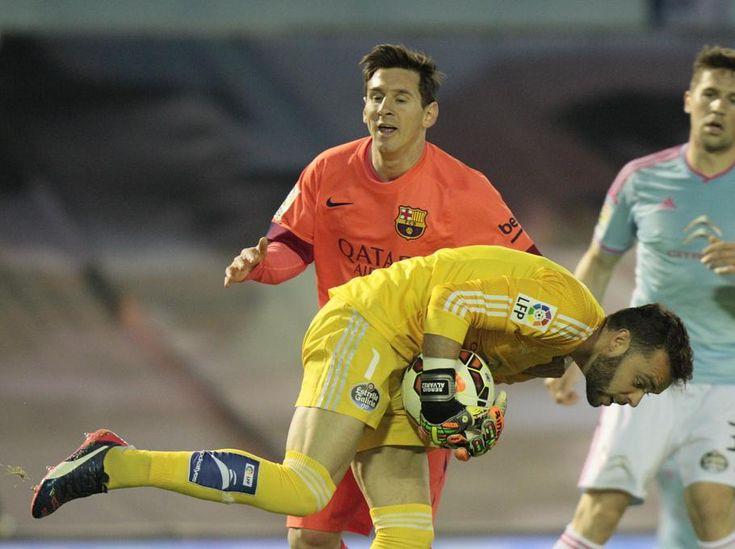 Lionel Messi ante el portero del Celta Sergio Álvarez.