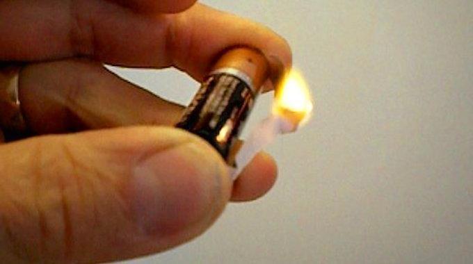 Savez-vous qu'il est possible d'allumer un feu avec un emballage de chewing-gum et une pile ? Oui sans rien d'autre ! Ça parait incroyable, mais c'est possible. Cela peut s'avérer utile quand on veu