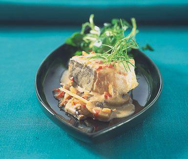 Torsk med r�d curry �r en enkel och god vardagsmiddag med kort tillagningstid. Fisken tillagas med smakh�jare som currypasta, citrongr�s och champinjoner. Servera torsken tillsammans med ris eller pasta.
