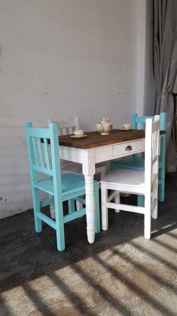 Mesa con patas torneadas y 4 sillas de colores STOCK $ 11.200 – Antigua Madera