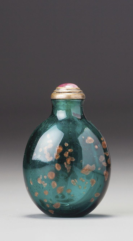 AN EMERALD-GREEN AVENTURINE-GLASS SNUFF BOTTLE QING DYNASTY, QIANLONG / EARLY JIAQING PERIOD
