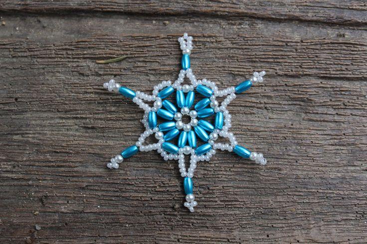 Sněhová+vločka+-+tyrkysová+Sněhováo+průměru+5,5cm.+Vločka+je+vyrobena+z+plastové,+perleťové+tyrkysové+rýže+a+drobných+bílých+rokajlovýchkorálků.+Hvězdička+je+lehoučká,+krásně+se+bude+vyjímat+na+vánočním+stromečku,+jako+dekorace+do+okna,+nebo+třeba+na+adventním+věnci+či+jako+ozdoba+dárku.+Budete-li+si+přát+více+hvězdiček,+než+je+momentálně+skladem,...