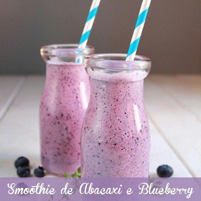 Nada melhor do que começar o dia com cor, saúde e sabor de verdade! Esse smoothie de abacaxi e blueberry ajuda na digestão, combate o inchaço e equilibra a glicose. Bata no liquidificador 1 embalagem de iogurte grego zero gordura, 1 col (sopa) de amêndoas, 1/2 xíc de blueberries congeladas, 1/2 xíc de abacaxi congelado cortado em cubos, 1 xíc de couve picada e 3/4 xíc de água. :P