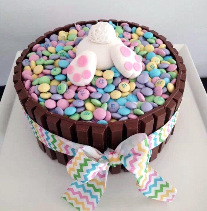 Påsken är en härlig mathögtid, som är så mycket mer än bara ägg och lamm. Låt sötsakerna ta plats och imponera på gästerna med en fantasifull påsktårta.