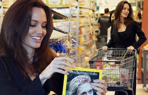 https://www.biphoo.com/celebrity/angelina-jolie/news/angelina-jolie-is-delighted-to-spot-jane-goodall-on-grocery-store-magazine-cover