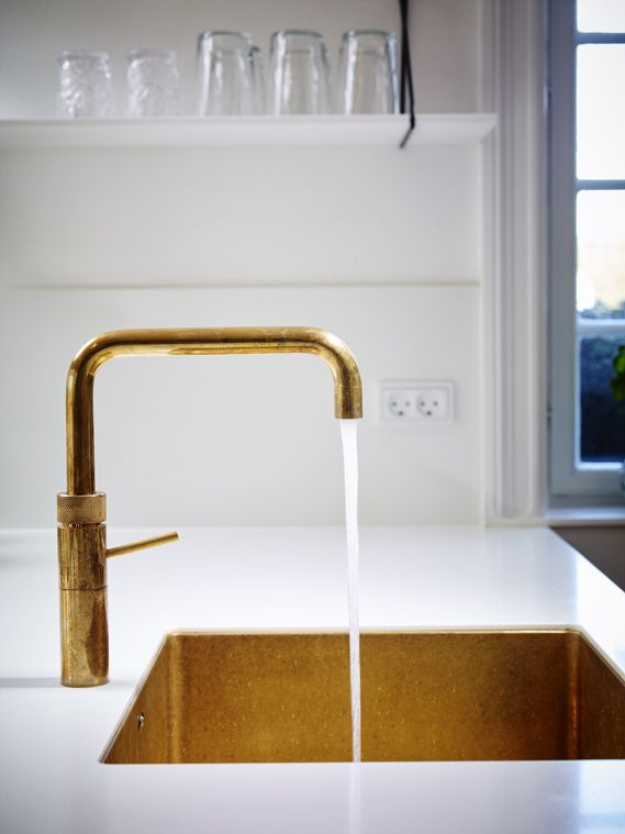Kolons messing vaske bliver special produceret efter mål og ønsker. Messingvasken vil patinere løbende, men kan til hver en til poleres op så den står som ny igen. Standardmål på vasken er 50x40x19cm eller efter ønske. Messingvasken kan leveres til underlimning, planlimning og nedfældning. Ring eller skriv for mere ind på 4642 0800 eller kolon@kolon.dk