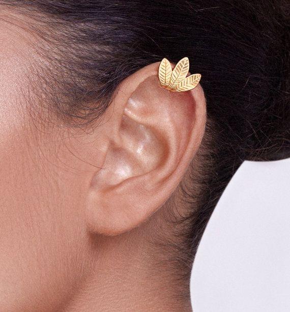 Eine besondere und empfindliche Ohr-Manschette, inspiriert durch Blätter. Es besteht aus 18 k gold plattiert-Sterlingsilber und erfordert nicht, dass ein piercing im Ohr. Es hat eine schöne Matte Oberfläche.  Sie können wählen, Gelbgold oder rose gold plating, wenn Sie bestellen.  Sie legte ihn auf vom unteren Rand der Klappe Ihres Ohrs schieben, bis die Position erreicht er sitzen soll. Es kann slighty angepasst fest am Ohr.  Seine Breite ist 0,66 Inch (1,7 cm). Die Länge des zentralen…