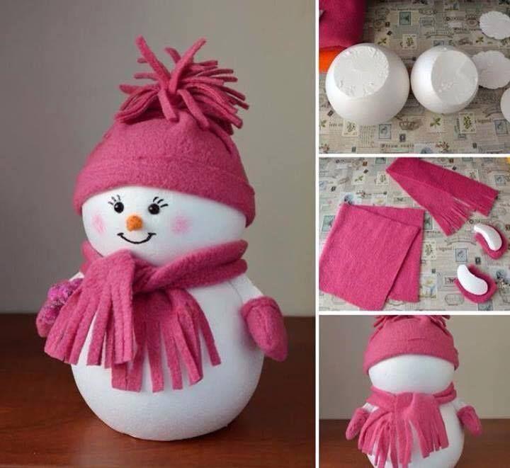 Haz un muñeco navideño usando un par de esferas de unisel/icopor (una ligeramente más grande que la otra). Corta un extremo de cada una para unirlas mejor pegando con silicón caliente. Los accesorios se hacen con fieltro.