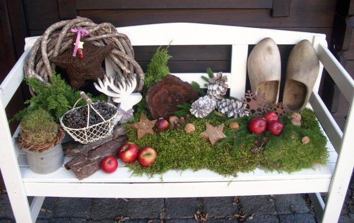 Gartenbank für Weihnachten dekoriert