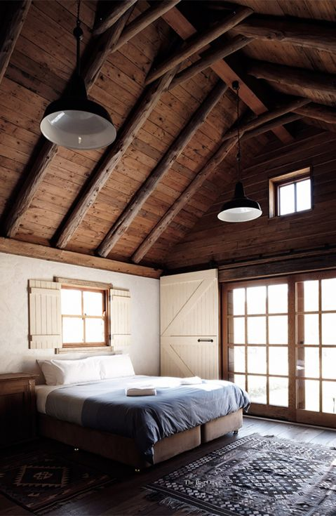 Clean lines, barn feel bedroom, warm wooden features, minimalistic decor, simple. 79ideas-from-the-amazing-portfolio-of-the-photographer-Michael-Sinclair[1]