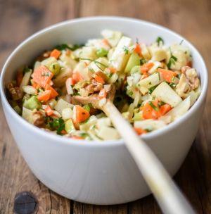 Selleriesalat mit Karotten, Lauchzwiebeln und Äpfeln   schmecktwohl