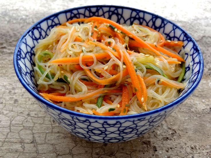 Un joli petit moment de dégustation en perspective si vous réalisez cette salade fraîche aux vermicelles de riz. Vegan, sans lactose, ni gluten.