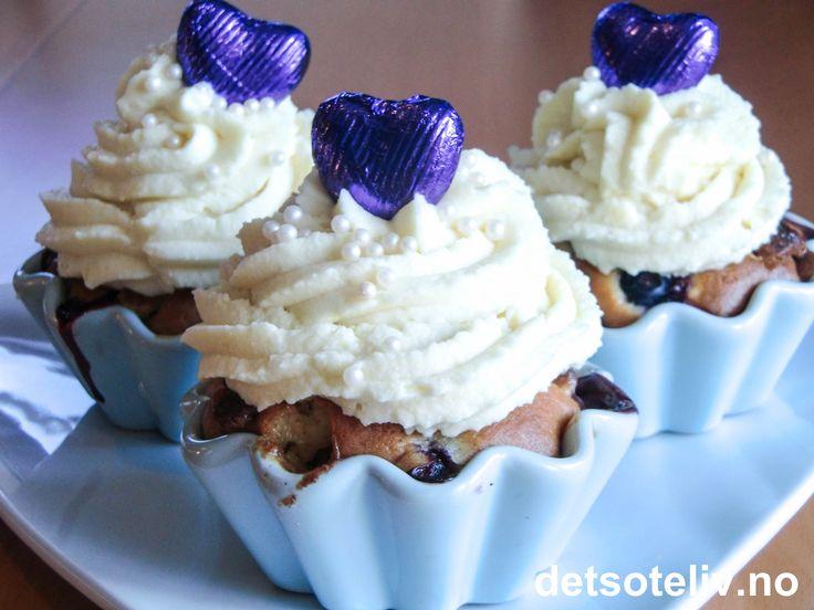 Blåbær og hvit sjokolade er en konge kombinasjon!  Her er det hvit sjokolade både i blåbærmuffinsene og i den fløyelsmyke, hvite fløtekremen på toppen. Oppskriften gir 12 stk.