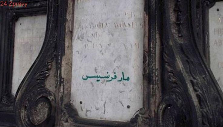 Cizinec popsal sochu svatého na Karlově mostě. Vandal to není, jen přeložil nápis do arabštiny