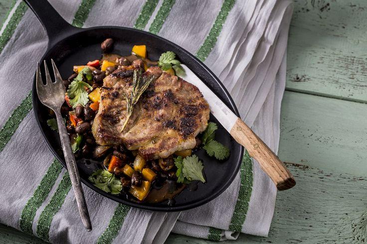 Pácolt, grillezett sertéstarja - feketebab raguval | Igazi húsimádó fogással nyitjuk a sort: sertéstarjával. A sertésnek ezen része a legízletesebb fogások egyike, amit sokféleképpen elkészíthetünk, talán ezért is a konyhafőnökök kedvence. Ezúttal pácoljuk, majd grillezzük. Attól nem kell tartanunk, hogy a hús esetleg kiszárad, hiszen a sertéstarja zsiradékban bővelkedik, ezért a grillezés az egyik legfenségesebb módja elkészítésének. Egészségünkre!