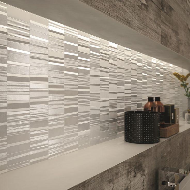 """Si fa decisamente notare la nicchia rivestita con il Mosaico Dynamic White Glossy della collezione DO UP TOUCH #abkemozioni. Il resto della parete """"veste"""" DOLPHIN Grey, sempre ABK. #ceramic #tiles #wall #wallandporcelain #3D #recess #design #homedesign"""
