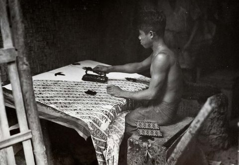 A batik worker with a wax stamp in a batik factory near Tasikmalaya, Indonesia (c.1930) Collection Tropenmuseum, Amsterdam