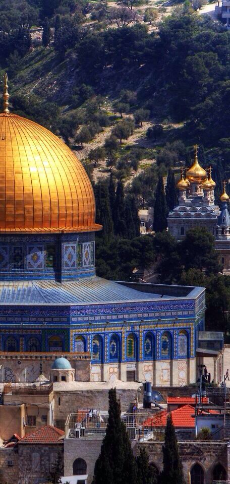 La Mezquita de la Roca en primer plano, al fondo la Iglesia Rusa de Santa Magdalena. Jerusalén.