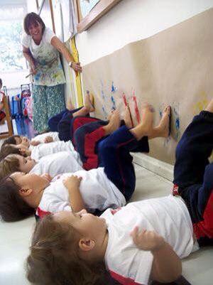 Kindjes spelen met verf, i.p.v de handen zijn het nu de voeten wat ze nog leuker vinden. Stimuleert de grove motoriek