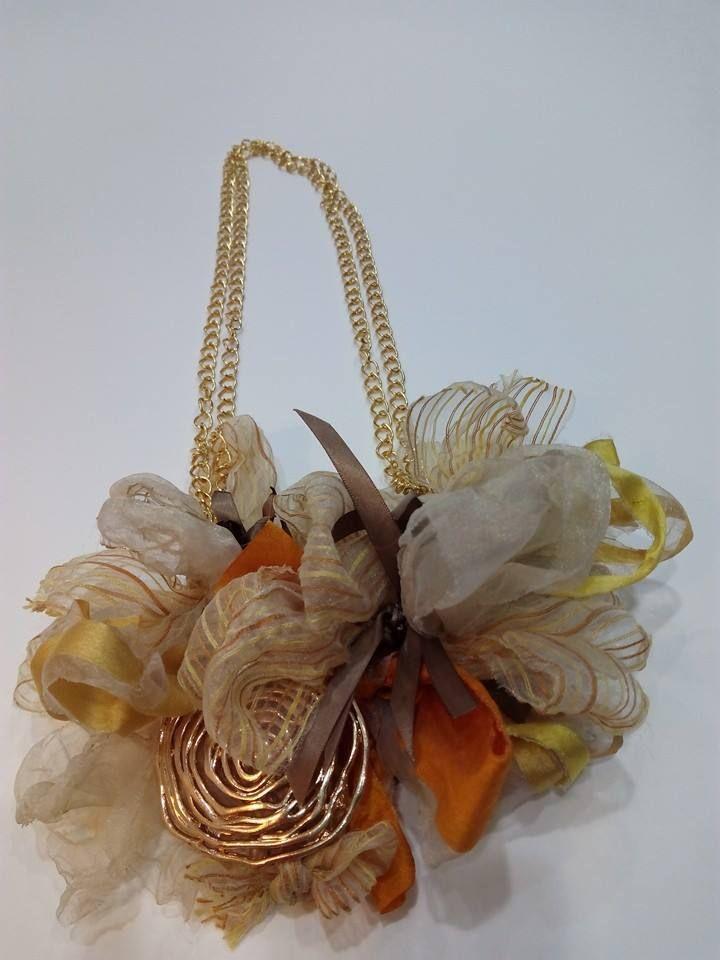 Collar colección textil,realizado con rasos y organzas de primera calidad,abalorio dorado . Único y exclusivo,realizado totalmente de forma artesanal .