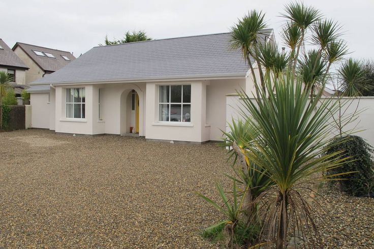 Bungalow in Rosslare Strand, Ireland. Direct access to the beach across the golf course,renovated to the highest standard its retro 60s/70s fun theme adds to the sense of escape. The electric gates and surrounding high walls give privacy while only a short walk to Kellys Resort Hotel....