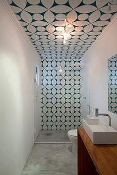 Quando um mesmo revestimento faz o acabamento contínuo de uma parede seguindo pelo teto, o efeito no ambiente é único e dá a sensação de amplitude. Boa ideia para cômodos pequenos, como este banheiro. O espaço foi reformado com azulejos pela Arquitetura Paralela.