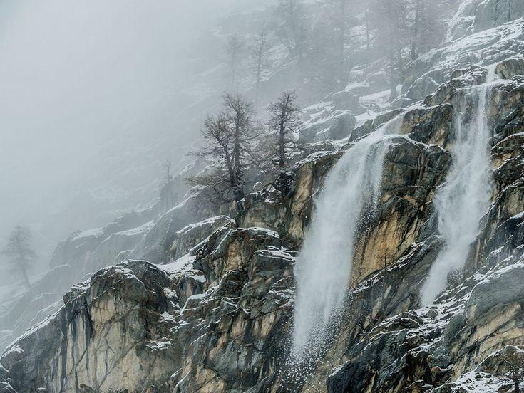 Le foto del giorno, febbraio 2015 Cascata di neve Fotografia di Stefano Unterthiner, National Geographic  Cascate di neve nel tardo inverno lungo i pendii rocciosi della valle Valsavarenche nel Gran Paradiso Parco Nazionale d'Italia.