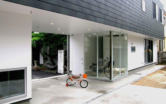 袋小路にある武庫之荘の家 ポーチ 子供が遊べるスペースになっています