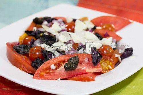 Салат из помидор, маслин и пармезана   Состав:      помидоры (красные и желтые) - 2 шт.     помидоры черри - горсть     красный ялтинский лук - 0,5 шт.     маслины - горсть     пармезан - 50-100 гр.     базилик - 4 веточки     оливковое масло     белый бальзамический уксус     соль, перец