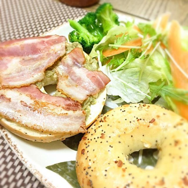 アボカドディップとクリームチーズ、ベーコンで〜ボリューム満点( ´ ▽ ` )ノ ハワイのロックスオブベーグルのセサミオニオン❤️ - 11件のもぐもぐ - ベーグルパン by atsukotakaFlQ