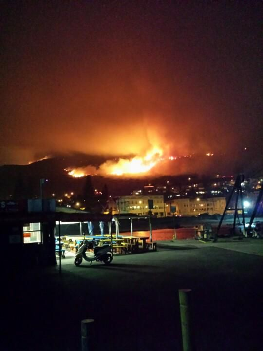 Jo Duxbury @JoDuxbury This is #kalkbay right now. #muizenbergfire #CapeTownFire pic.twitter.com/G0kXUDqP7d