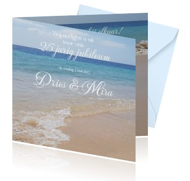 Een 25 jaar huwelijk kaart of een feest uitnodiging met de zee en het strand. Een zomerse jubileumkaart met helder blauw water.