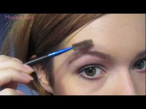 In deze video laat MissLipgloss de kijker zien hoe je wenkbrauwen kun epileren en bijtekenen.