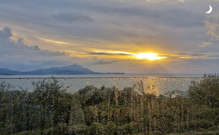 Gocce di pioggia come perle che adornano il tramonto... #alchiardiluna #ilmatrimoniochestaisognando