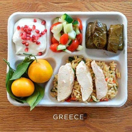 Yunani: pasta dengan daging ayam, daun anggur gulung dengan isian, salad tomat dan mentimun, jeruk segar, serta yogurt bertabur delima.