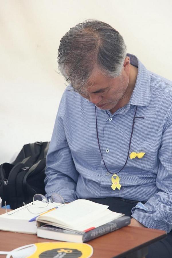 8월22일 오후6시,  문재인 의원님은 계속 단식장 자리를 지키고 있습니다.