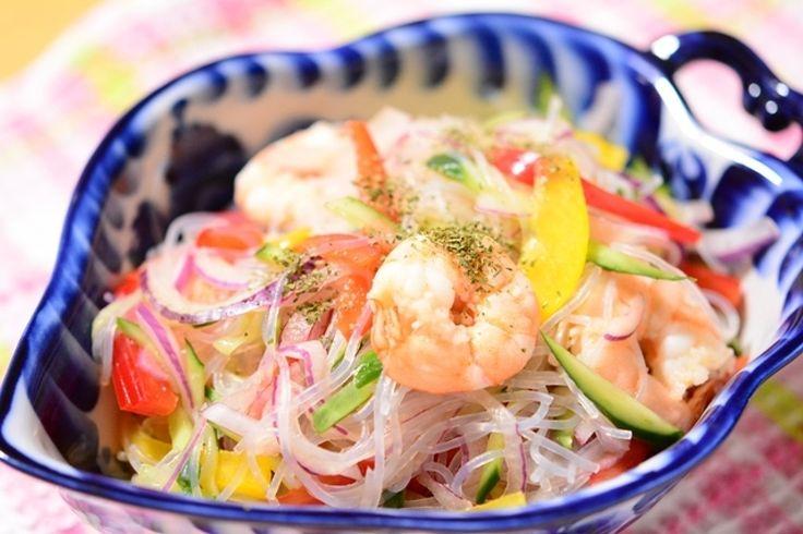 南国のトロピカルな色合いが食欲をそそるヤムウンセン(タイ風春雨サラダ)。 材料は身近なもの、ドレッシングにはナンプラーを使い、本格的なタイ料理の味に仕上げました。