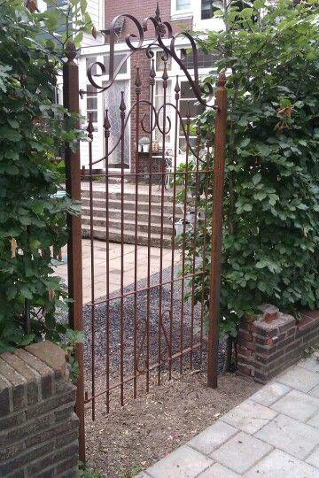 Oud hek bij de tuin