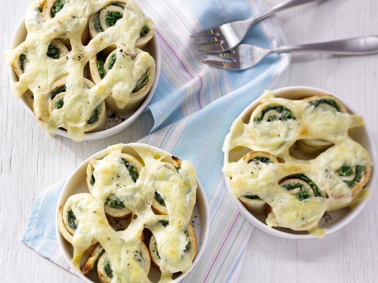 Lecker. Dieses Rezept mit Spinat müsst Ihr probieren!Überbackene Spinatröllchen - Familienessen (2 Erw. und 2 Kinder) - smarter - Kalorien: 529 Kcal - Zeit: 55 Min.   eatsmarter.de
