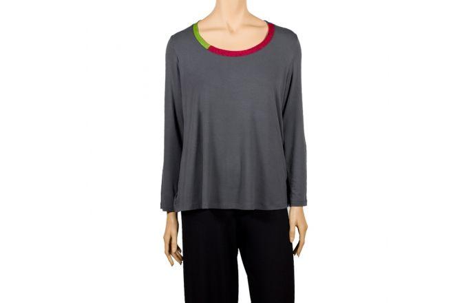 Top de manga larga de cuello redondo con franjas de diferentes colores. #camiseta #mangalarga #gris