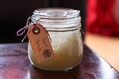 Scrub, Zout of suiker, olie, geurtoevoeging. Doe een beetje zout en een beetje suiker in een bakje en meng dit met olie. Je kunt eventueel een paar druppels van je favoriete geurtje toevoegen voor een lekker ruikende scrub. Als je je lippen wil scrubben kun je dit doen door honing met een beetje suiker te mengen.