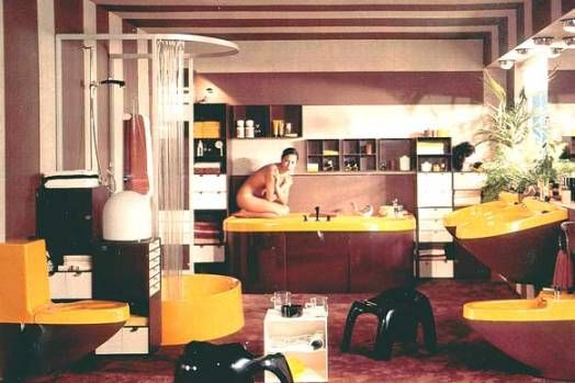 Ett badrum som har extra av allt! Toaletten ser lite ut som 70-talsversionen av Elektrolux Assistent.