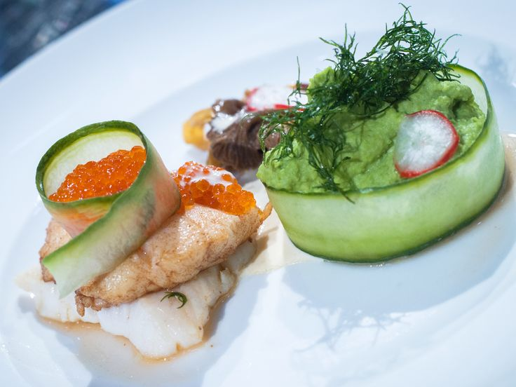 Smörstekt gös med ärtpuré, stekta trattkantareller, picklad rädisa, pepparrotssås och forellrom | Recept från Köket.se