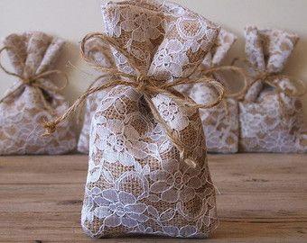 Tela da imballaggio favore bags(50 pc) matrimonio rustico favore borsa (3x5inch) della tela da imballaggio favore Borsa Juta naturale fiocco in pizzo