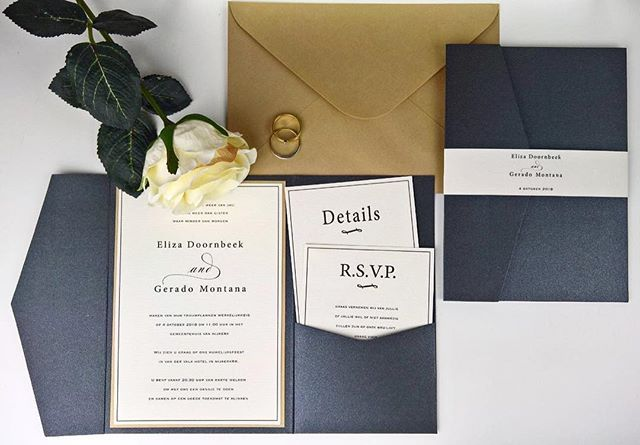 Klassieke trouwkaart. Zwarte parelmoer pocketfold met gouden achtergrond kaart met een details kaartje en RSVP kaartje. #trouwkaart #uitnodiging #pocketfoldkaarten #pocketfold #Bruiloft #weddinginvitation #wedding #pearlpaper #black #zwart #gold #goud #kaarthouder #pearlpaper #pearl #luxury #handmadeinvitation #handmade #weddinginvites #invitations #weddingstationary #trouwkaarten #pocketfold