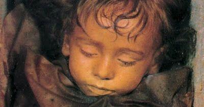 Rosalia Lombardo era una bimba nata nel 1918. Purtroppo morì due anni dopo a causa di una polmonite. Il padre, inconsolabile, decise di farla imbalsamare