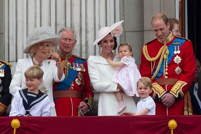 Herttuatar Camilla, prinssi Charles, herttuatar Catherine, prinsessa Charlotte, prinssi William ja prinssi George katsoivat yhdessä, kun sotilaslentokoneet lensivät palatsin yli.